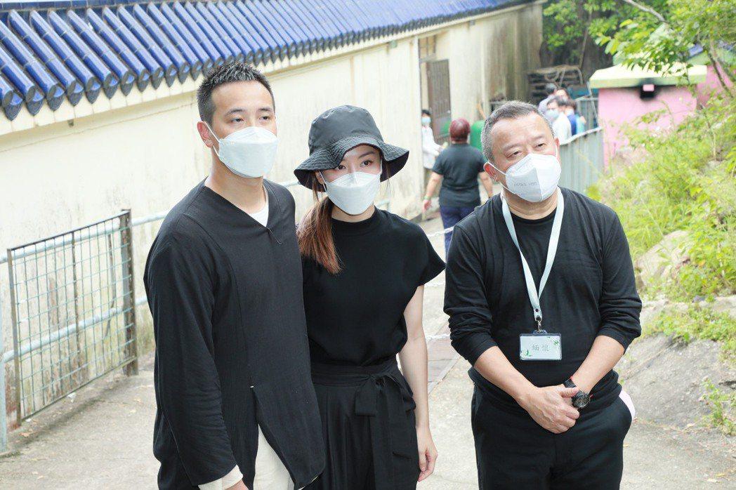 曾志偉(右)愛妻過世,兒子曾國祥、媳婦王敏奕送亡母一程。圖/視覺中國