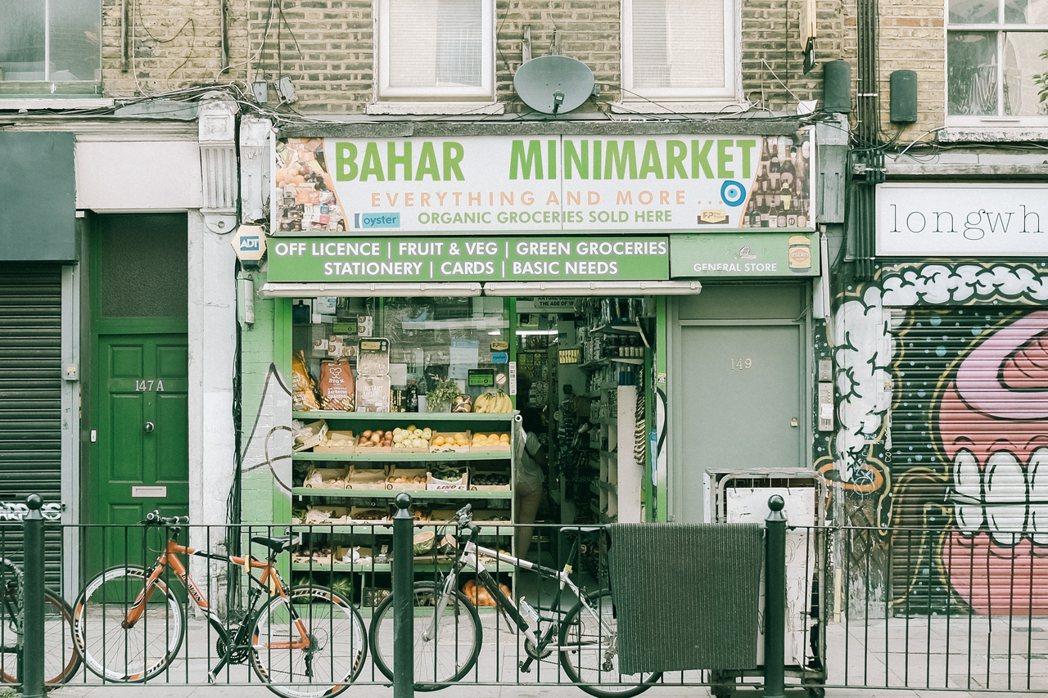 有些 Corner Shop 也賣生鮮蔬果,如果是由中東或南亞移民所開設,還可以...
