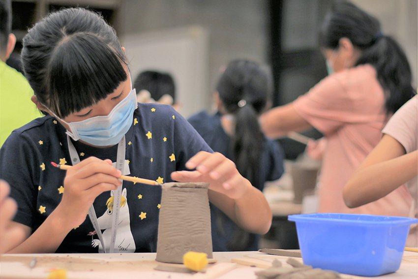 引領學員使用回收泥漿及簡易工具捏塑杯子,也提倡珍惜物資觀念。 陶博館/提供