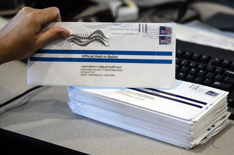 全美郵件遞送變遲緩,恐影響11月大選的通信投票。圖為賓州西切斯特郡選務人員在初選時處理通訊投票郵件。 美聯社