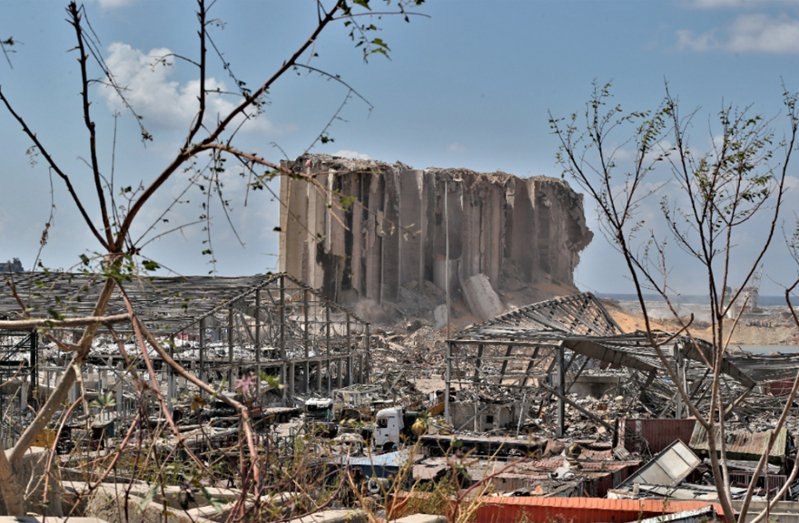 黎巴嫩首都貝魯特港區一處倉庫大爆炸,現場殘破景象。 歐新社