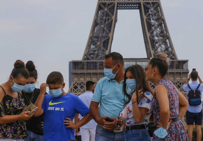 法國疫情升溫,巴黎宣布10日起在人潮擁擠及觀光熱區的戶外地區都必須戴上口罩。 美聯社