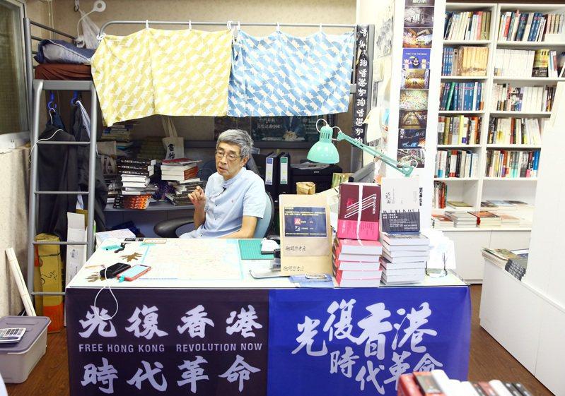 銅鑼灣書店在香港被迫停業,今年4月在台北重生,負責人林榮基就睡在收銀台後方的雙層床上。 聯合報系資料照/記者杜建重攝影