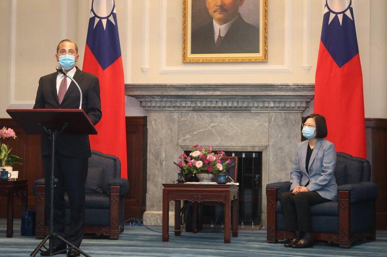 美國衛生部長阿查爾(Alex Azar,左)9日率團抵台,10日上午至總統府會見總統蔡英文(右),並發表談話。 中央社