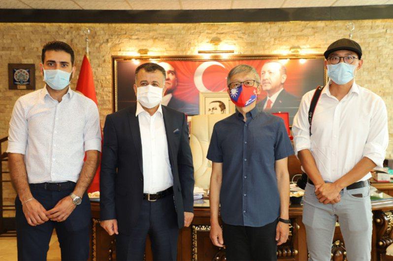駐土耳其代表鄭泰祥(右2)10日拜會雷伊漢勒巿長哈吉歐魯(左2)。哈吉歐魯任命來自台灣的學者裘振宇(右1)、敘利亞難民瓦力(左1)營運將完工的台灣-雷伊漢勒世界公民中心。中央社