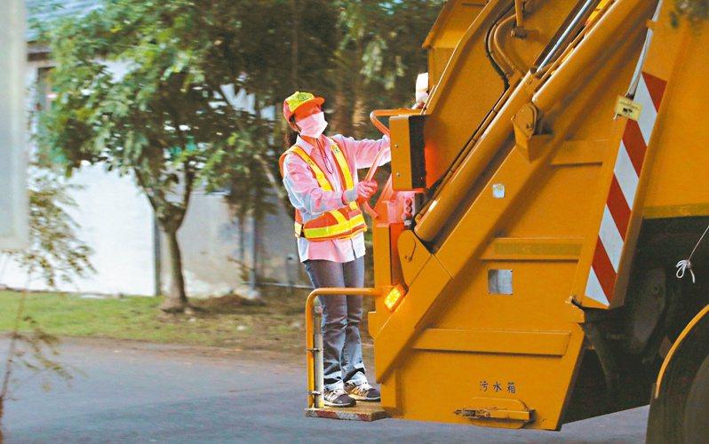 全國三萬三千名清潔隊員,多數站在車斗後方清運垃圾,工作風險頗高。記者劉學聖/攝影