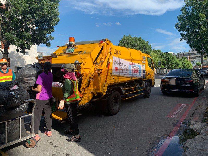 因有車輛占用紅線「垃圾車作業區」,影響垃圾車無法完全停靠路邊作業。記者徐如宜/攝影