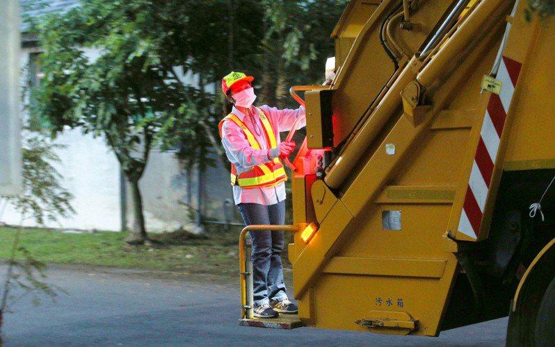 全國3萬3千名清潔隊員,他們在第一線服務,忍受風吹日曬雨淋,工作風險也高。圖/聯合報系資料照片