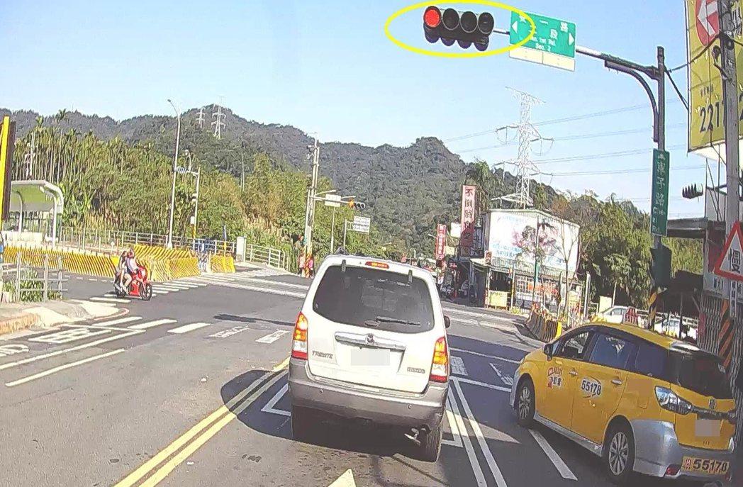 汽車駕駛收到「紅燈時占用機車停等區」的交通罰單,駕駛聲稱照片是由正後方拍攝,無法...
