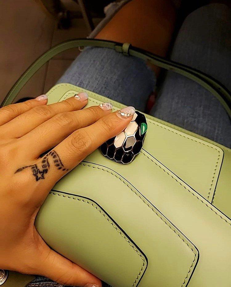 蔡依林帶寶格麗包包出遊,暱稱這款包為「寶寶」。圖/取自IG @jolin_cai