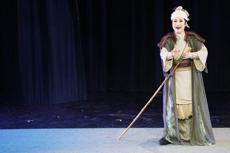 歌仔戲資深名伶「小咪」演出擺渡人一角,在每段演出後出現,唱作俱佳,為全劇畫龍點睛。圖/全聯善美的基金會提供