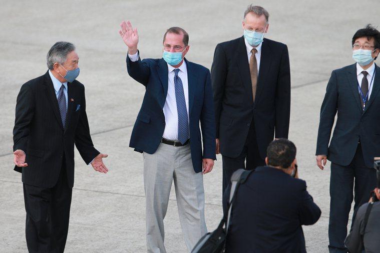 美國衛生部長阿查爾(左二)來台,但從美媒最新披露,美國貿易代表署(USTR)無意...