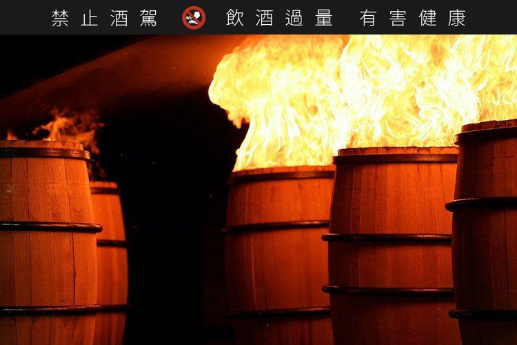 透過明火烘烤,不僅可以讓橡木條達到很好的塑形效果,也讓橡木桶產生更多易溶於威士忌...