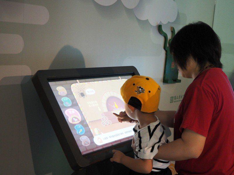 行動博物館設計許多民眾互動裝置,吸引親子體驗。記者周宗禎/攝影