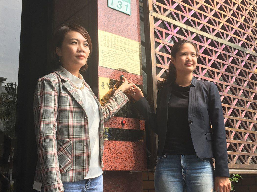 台北市議員簡舒培(左)、林亮君(右)今至台北地檢署告發柯文哲、張哲揚圖利遠雄大巨...
