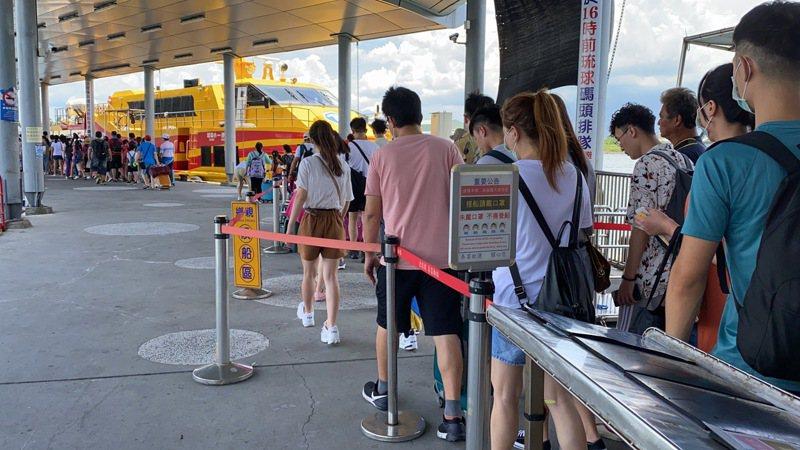 今年第6號颱風「米克拉」來襲,往返小琉球的船運業者加開航班疏運。本報資料照片