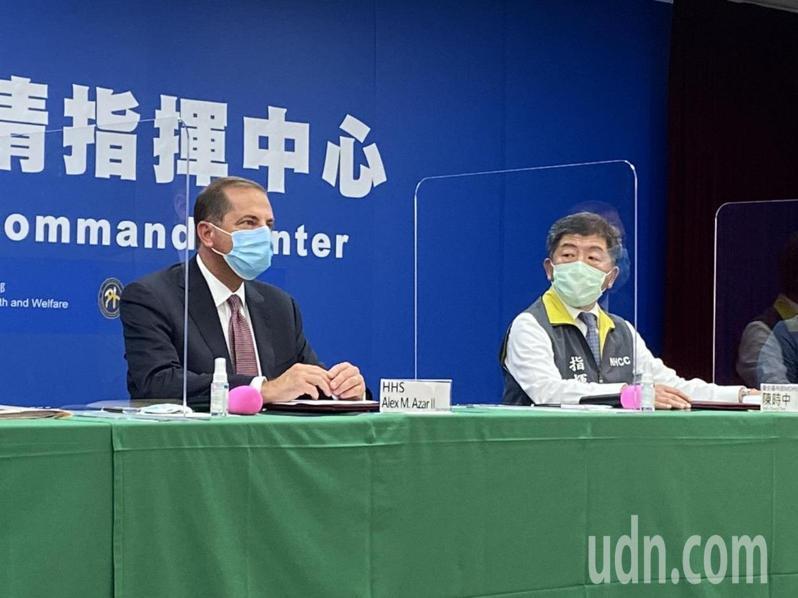 美國衛生部長阿查爾(左)今到中央疫情指揮中心,出席AIT-TECRO衛生合作備忘錄簽署儀式,坐在衛生福利部長陳時中旁邊。記者簡浩正/攝影