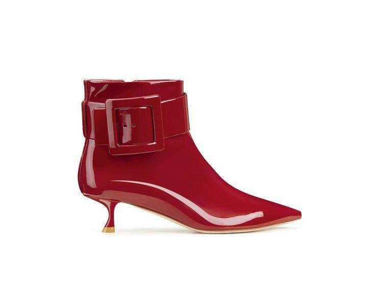 Roger Vivier RV紅色漆皮方扣低跟靴,價格店洽。圖/迪生提供