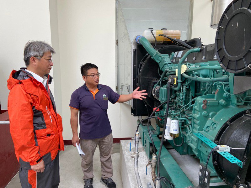 米克拉颱風威脅,水利局局長韓榮華(左一)下午視察抽水站相關防颱作業。記者謝進盛/翻攝