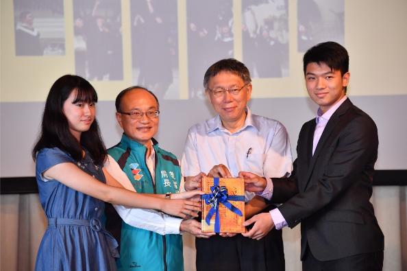 台北市自106學年度起,首開全國先例推動國際文憑課程,由中正高中辦理台美雙聯學制,至108學年度,已有16位第1屆國際文憑課程的畢業生。圖/北市府媒體事務組提供