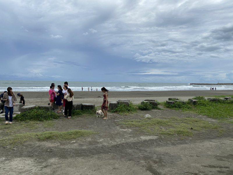 台南市漁光島平日遊客眾多,但依照商港法規定,遊客不能下水。記者修瑞瑩/攝影