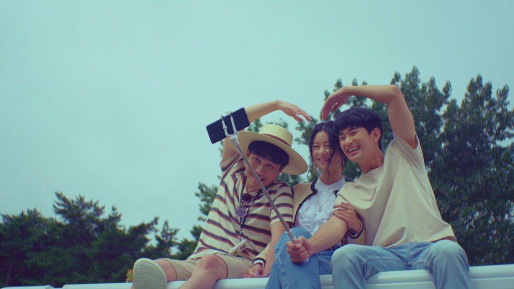 吳政世(左起)、徐睿知、金秀賢迎向幸福人生。圖/Netflix提供