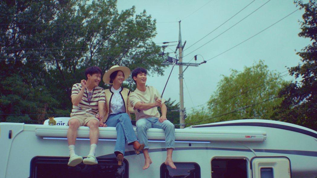 吳政世(左起)、徐睿知、金秀賢成為一家人。圖/Netflix提供