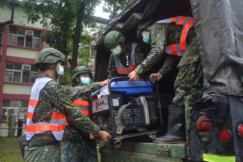 因應「米克拉」颱風可能對南高屏地區造成影響,南部第四作戰區今天表示,已派兵針對高雄那瑪夏、桃源及屏東佳冬、林邊等潛勢區及低窪地區,完成防災部署。圖/八軍團提供