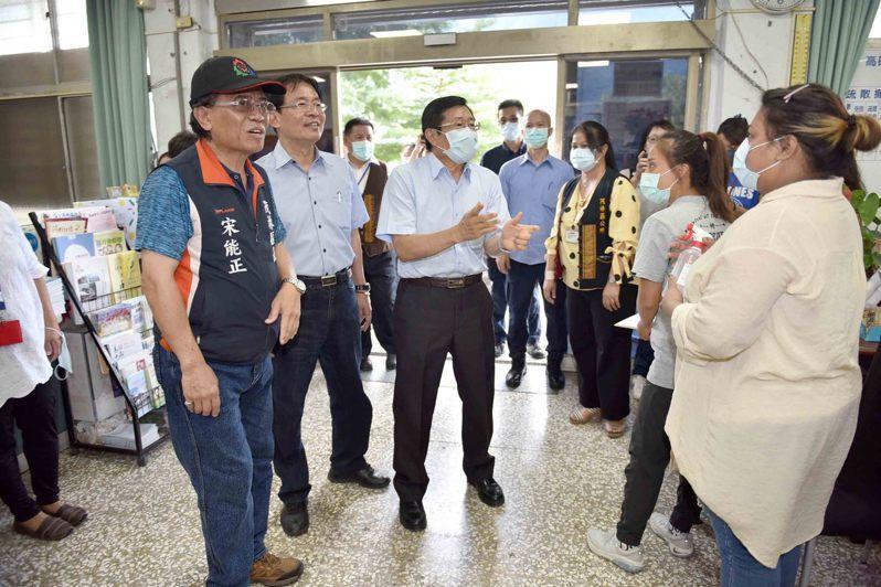 高雄市代理市長楊明州(左三)到山區關心防颱整備及地方建設。圖/高雄市政府提供