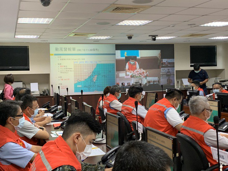 米克拉颱風來襲,金門縣災害應變中心在下午14時召開第一次工作會報,共20餘單位進駐。圖/縣府提供
