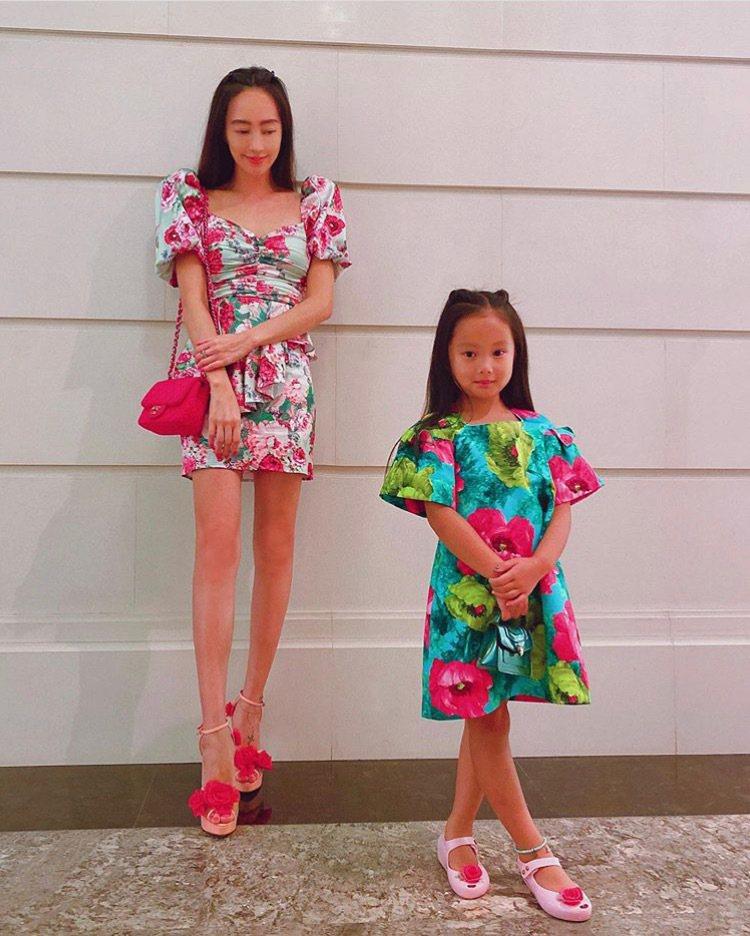 關穎與女兒穿同一主題的母女裝,五歲女兒CC手拎寶格麗Serpenti Forever包。圖/取自IG @kwanterri