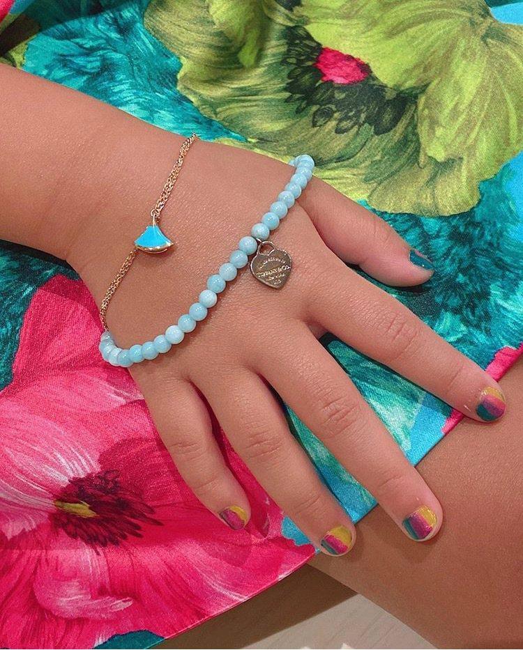 關穎在IG po文拍攝女兒配戴出生時收到的手鍊禮物。圖/取自IG @kwante...
