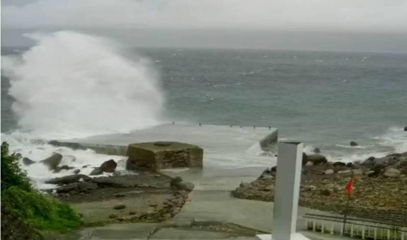 龜山島碼頭的即時影像顯示風強浪大,船隻無法靠岸,東北角宣布明天封島一天。圖/翻攝龜尾碼頭即時影像