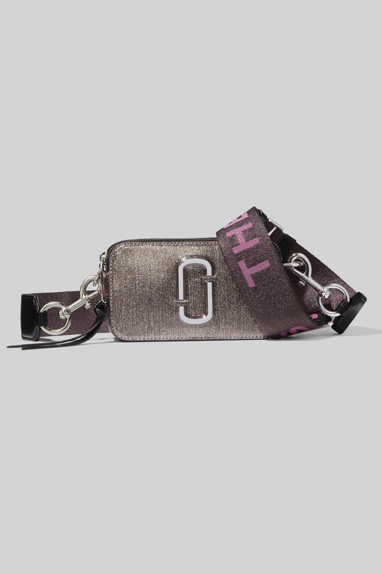 炫紫銀Snapshot相機包,16,900元。圖/Marc Jacobs提供