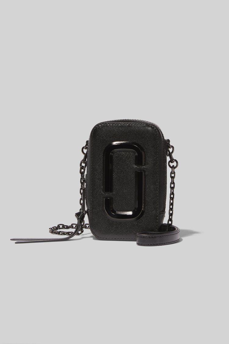 全黑Hot Shot直式相機包,14,900元。圖/Marc Jacobs提供