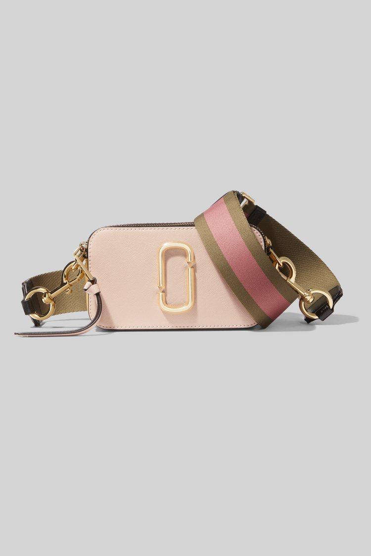 蜜桃粉Snapshot相機包,14,900元。圖/Marc Jacobs提供