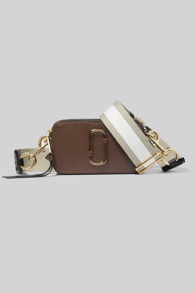 巧克力咖Snapshot相機包,14,900元。圖/Marc Jacobs提供
