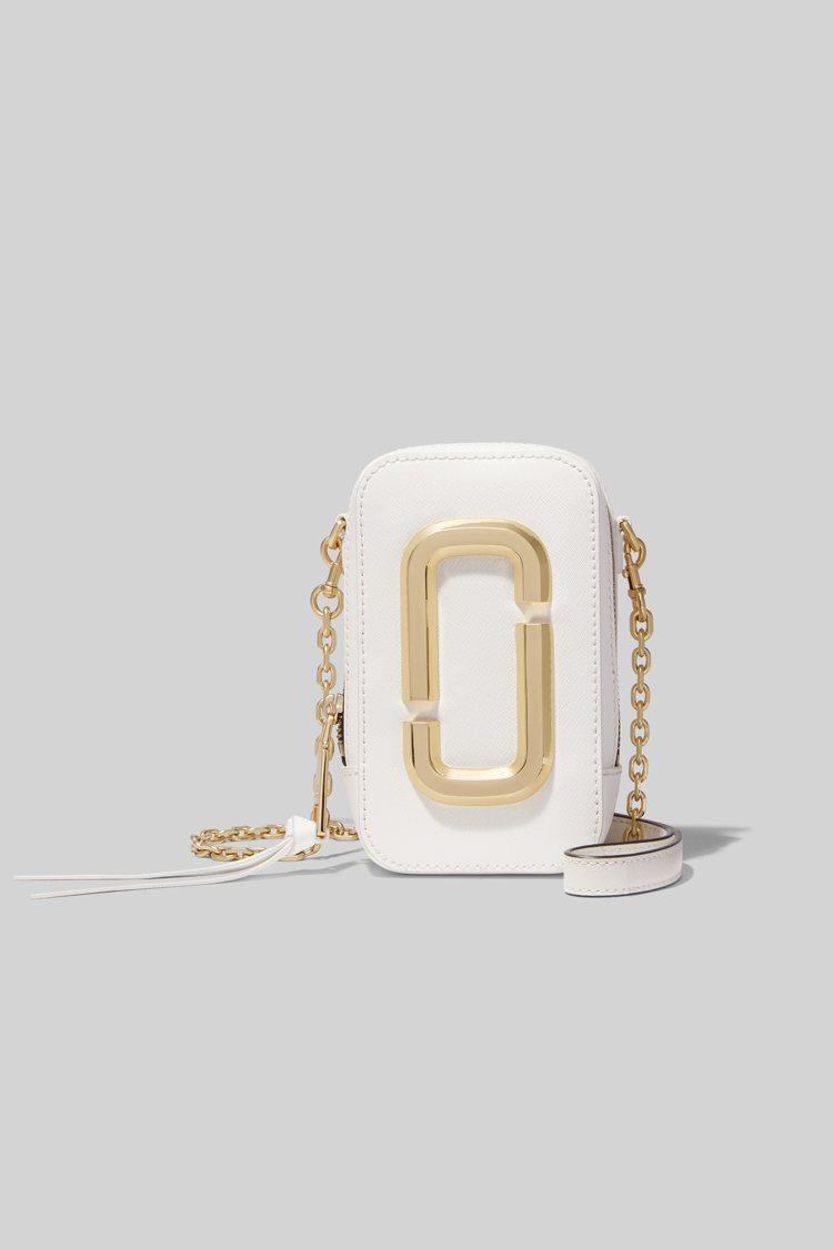 純淨白Hot Shot直式相機包,13,900元。圖/Marc Jacobs提供