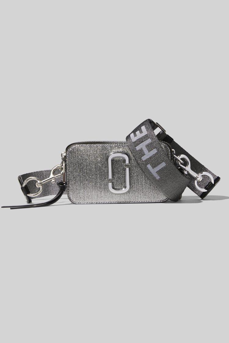 太空銀Snapshot相機包,16,900元。圖/Marc Jacobs提供