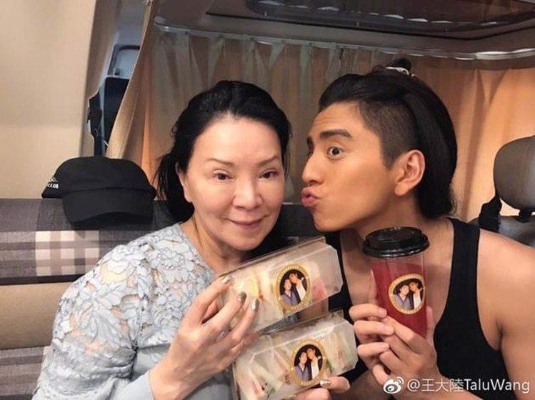 王大陸(右)與媽媽感情深厚。圖/摘自微博
