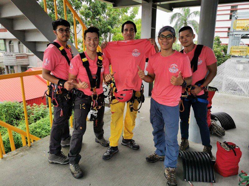 文森(中)曾任法國消防員,昨天和台南市消防局人員一起參與火災搶救訓練。記者黃宣翰/翻攝