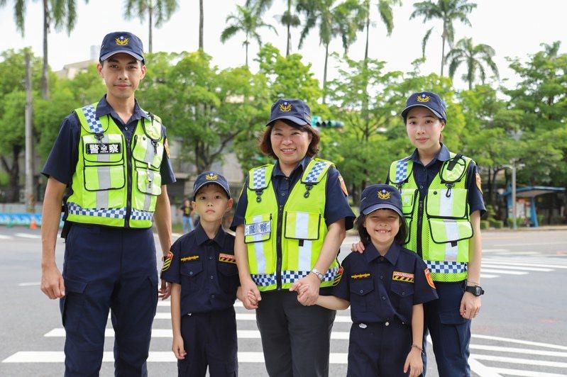 嘉義市長黃敏惠(中)拍攝一日警察宣導影片,與可愛的小萌警一同宣導二段式左轉。圖/市府提供