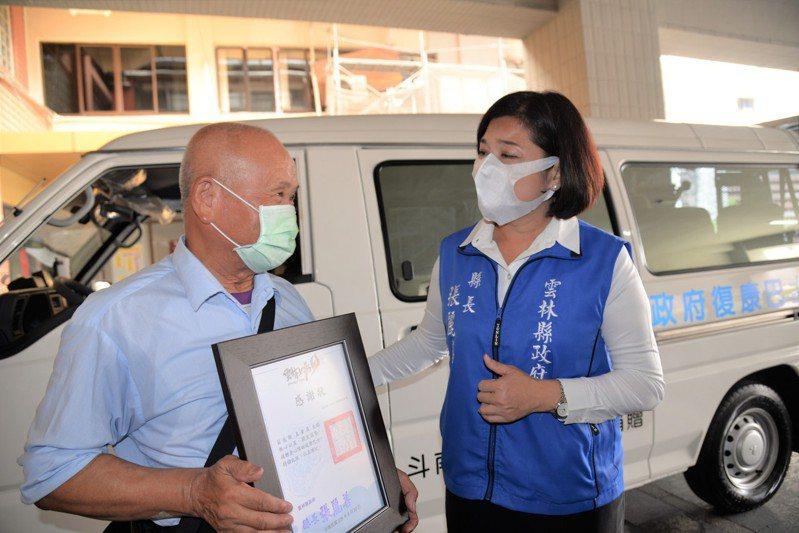 雲林縣民王金員(左)以愛妻之名,捐贈縣府一輛復康巴士,這份愛的精神也讓縣長張麗善為之動容。記者陳苡葳/攝影