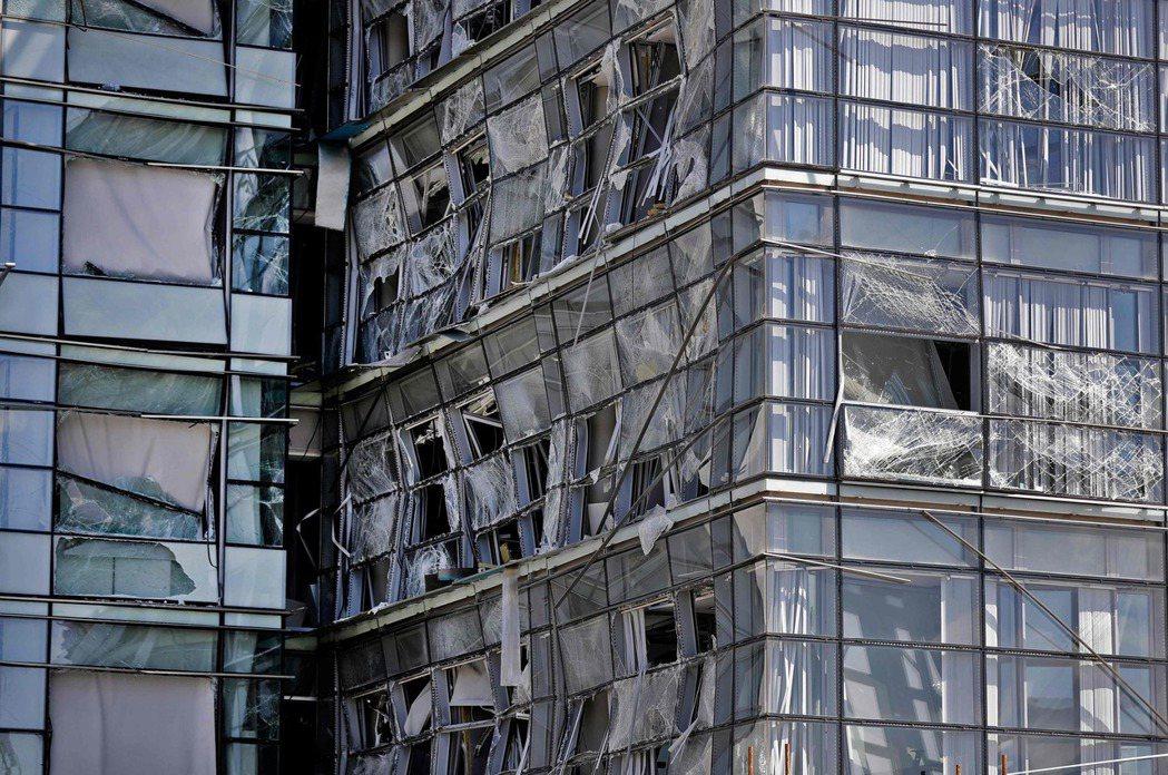 貝魯特港區附近一棟大樓因為4日大爆炸嚴重受損。(法新社)