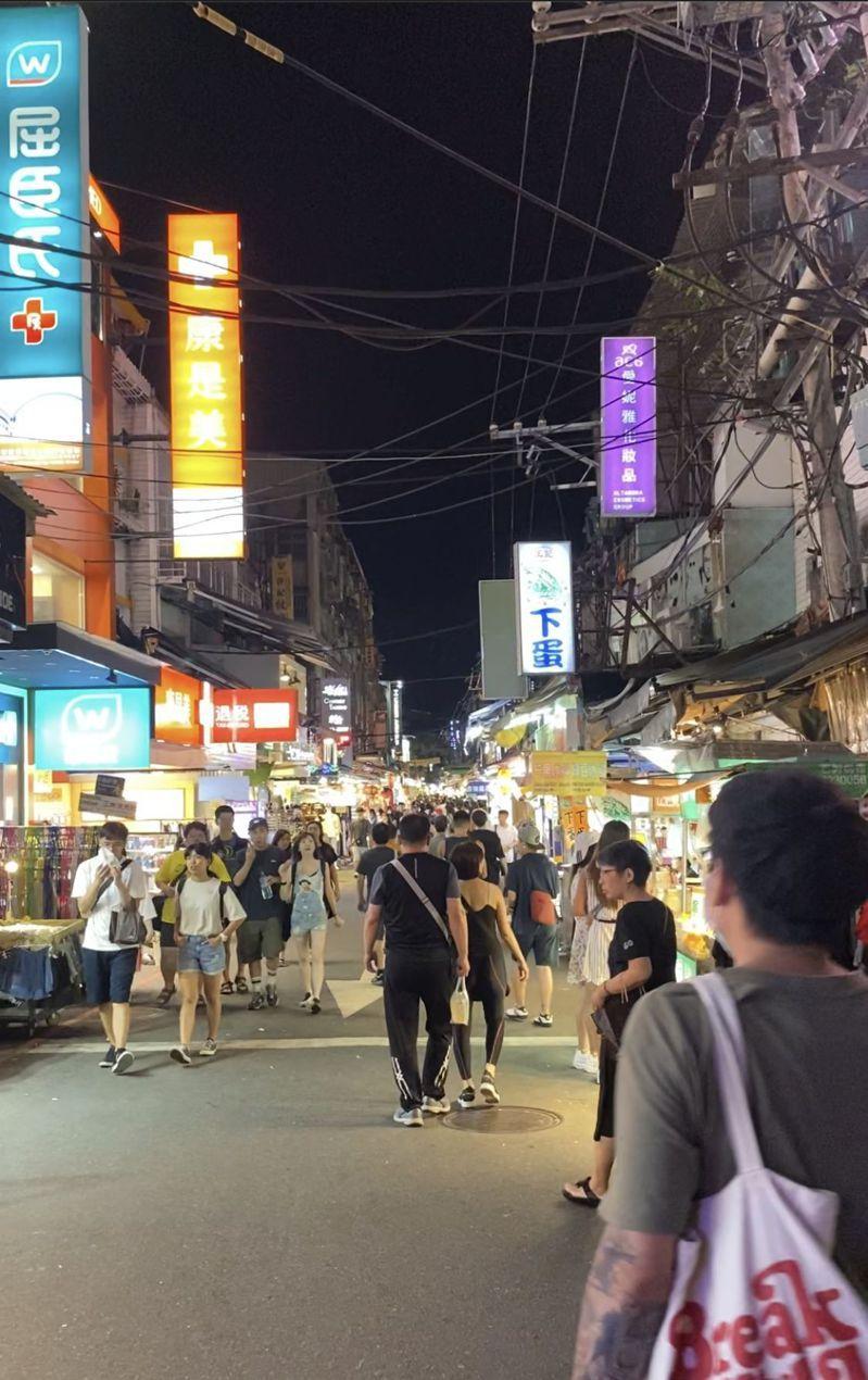 士林夜市人潮比以前少很多。圖/讀者提供
