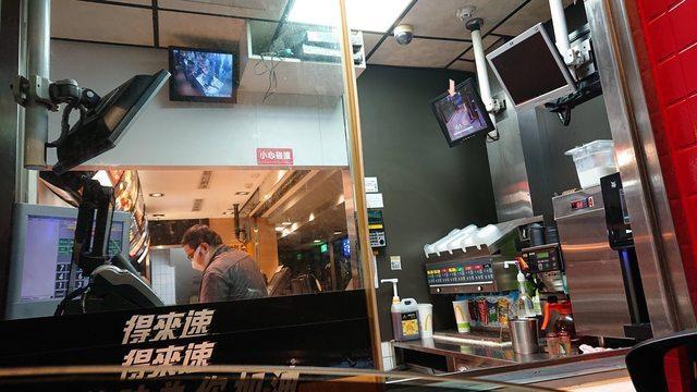 原PO在半夜開車到板橋麥當勞得來速想買消夜,未料,在櫃檯等餐時發現監視器畫面相當詭譎,明明現場只有他一人的情況下,卻顯示出有十多個面無表情的人!擷自PTT