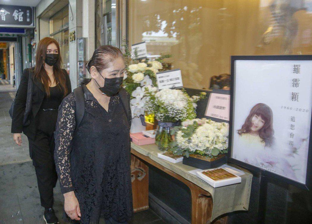 陳君君(左)和女兒馬靚辳來哀悼羅霈穎。記者鄭超文/攝影