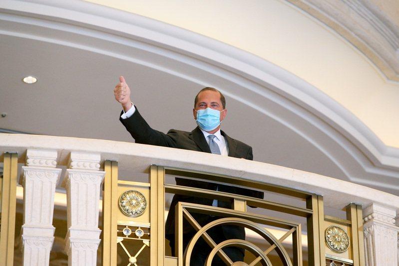 美國衛生部長阿查爾今天上午在台北美福飯店與外交部長吳釗燮會面,隨後並走到走廊向在場守候媒體致意。記者余承翰/攝影