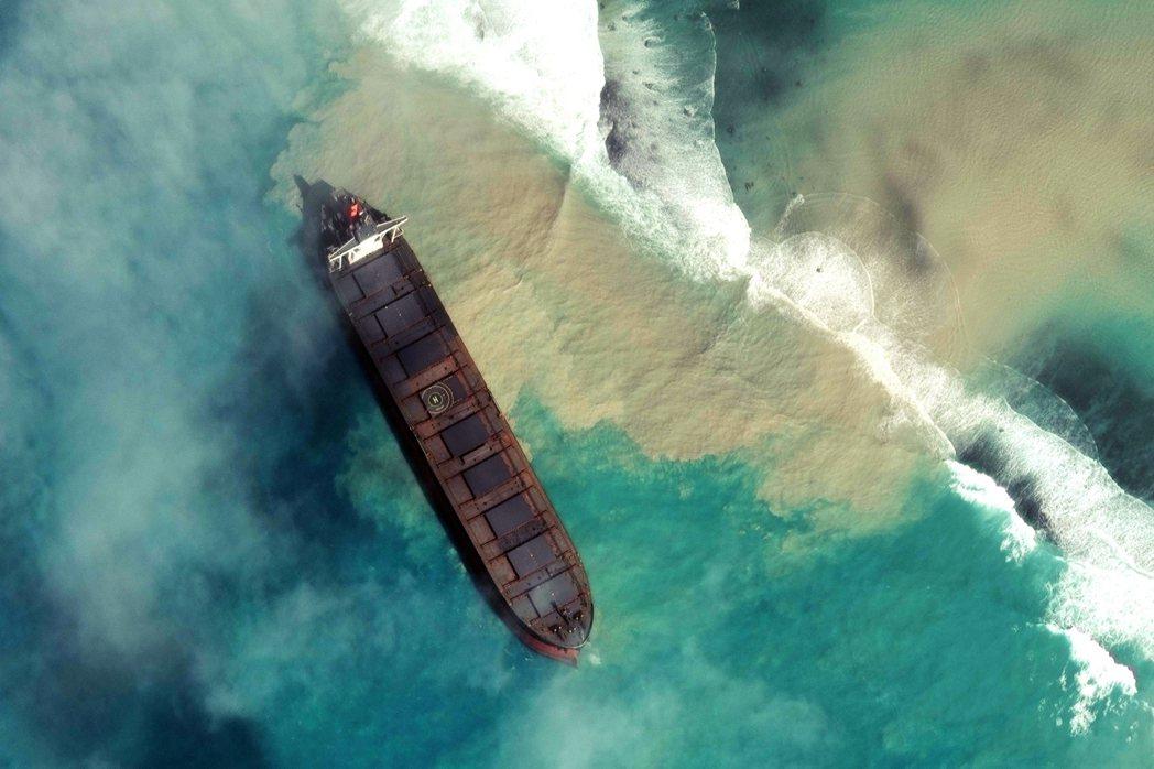若潮號仍裝載約2,500公噸的石油燃料,若在最糟的情況下,整艘船餘下的石油全部外...