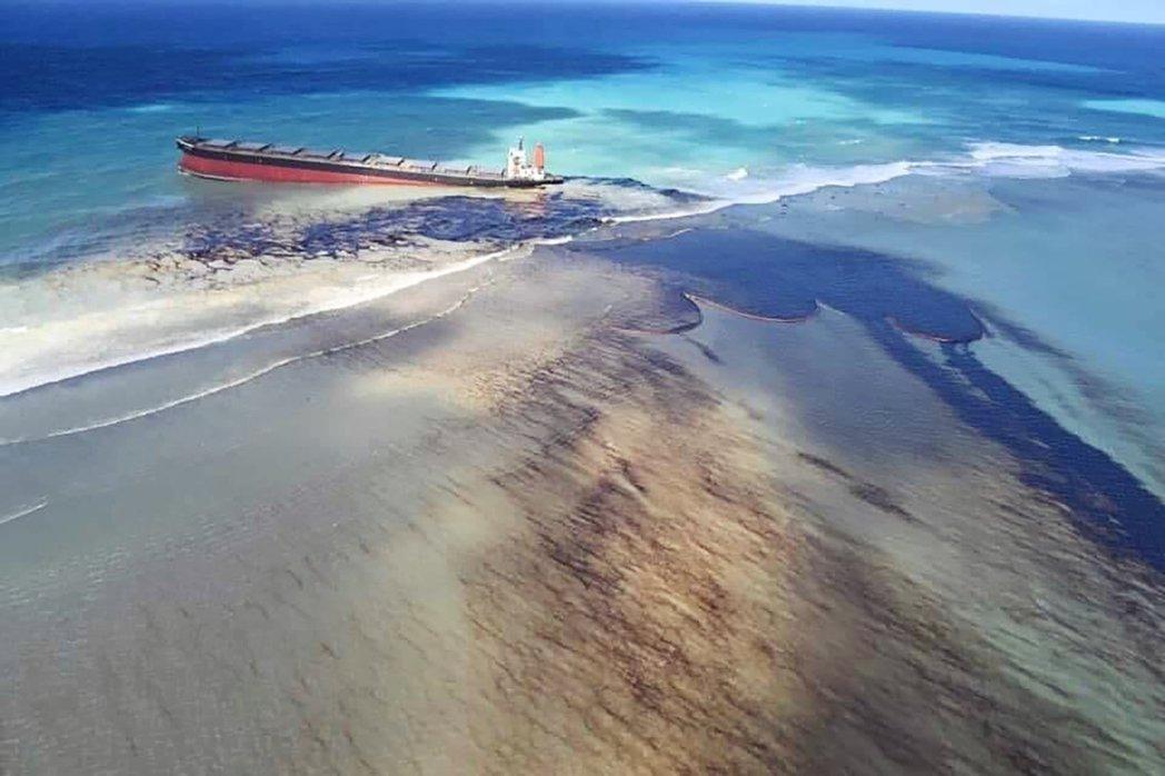 日本貨船「若潮號」(MV Wakashio)在模里西斯海域擱淺後又發生石油外洩災...